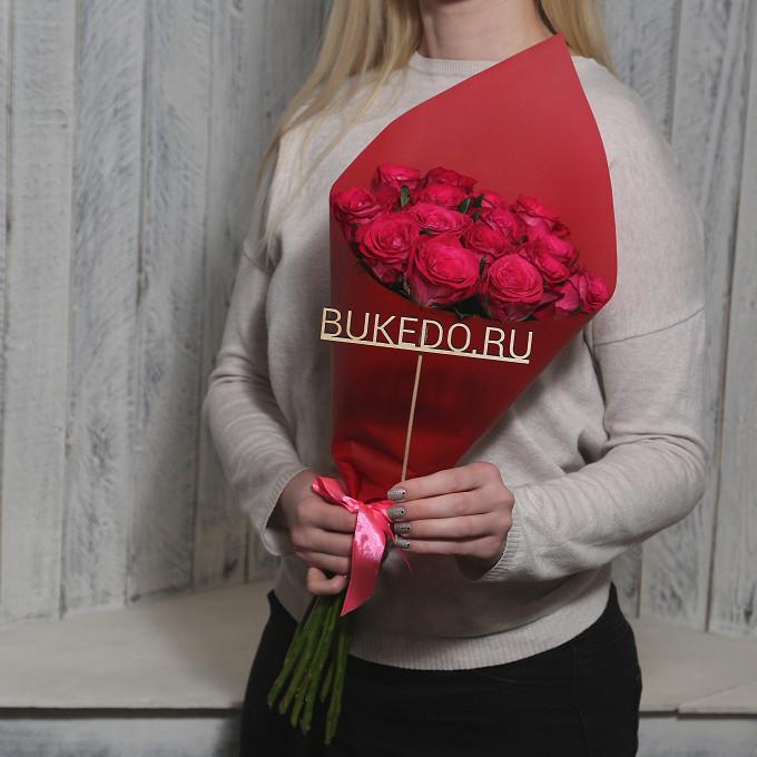 Розовая лента — 1 шт., Упаковка Матовая пленка красная — 1 шт., Роза Кения (ярко-розовый, 50 см) — 15 шт.