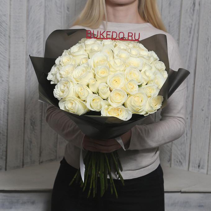 Белая лента — 1 шт., Упаковка Матовая пленка черная — 1 шт., Роза Кения (белый, 50 см) — 51 шт.