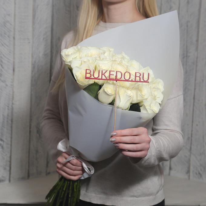 Роза Кения (белый, 50 см) — 25 шт., Белая лента — 1 шт., Упаковка Матовая пленка белая — 1 шт.