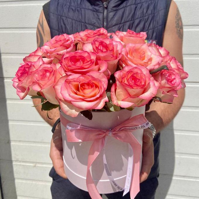 Нежные розовые розы в коробке