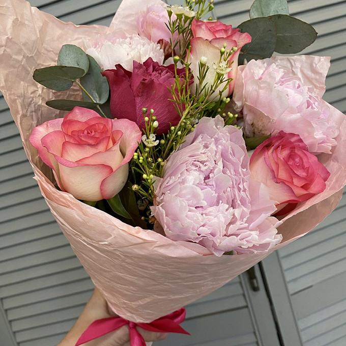 Букет из сезонных цветов с пионами