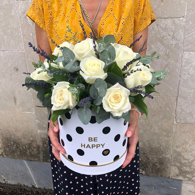 Коробочка с белыми розами и лавандой