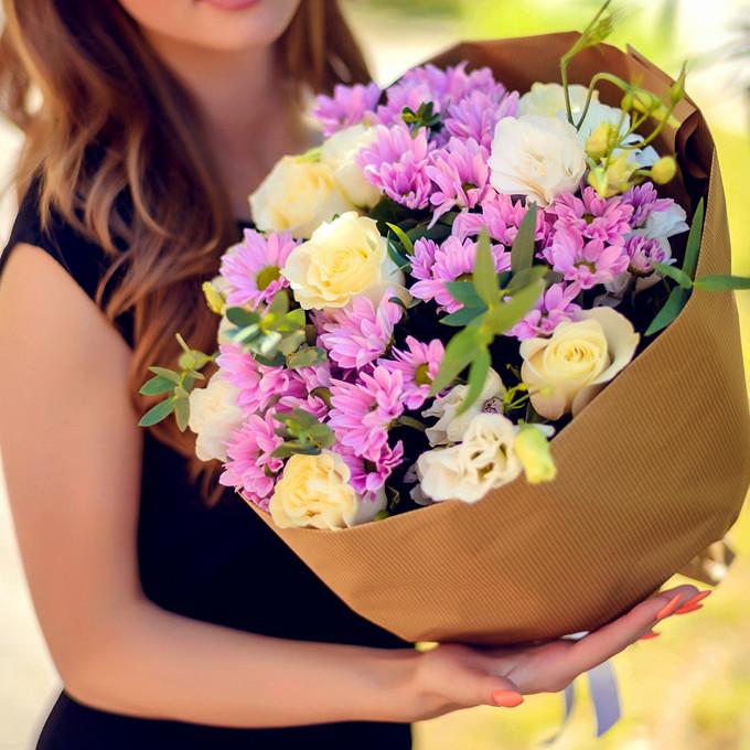Букет из лизиантусов, роз и хризантем