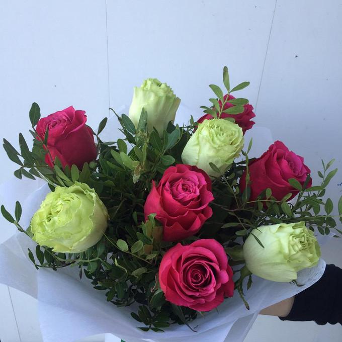 Букет из 9 роз контрастных цветов с зеленью