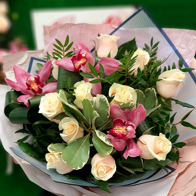 Орхидеи в розах