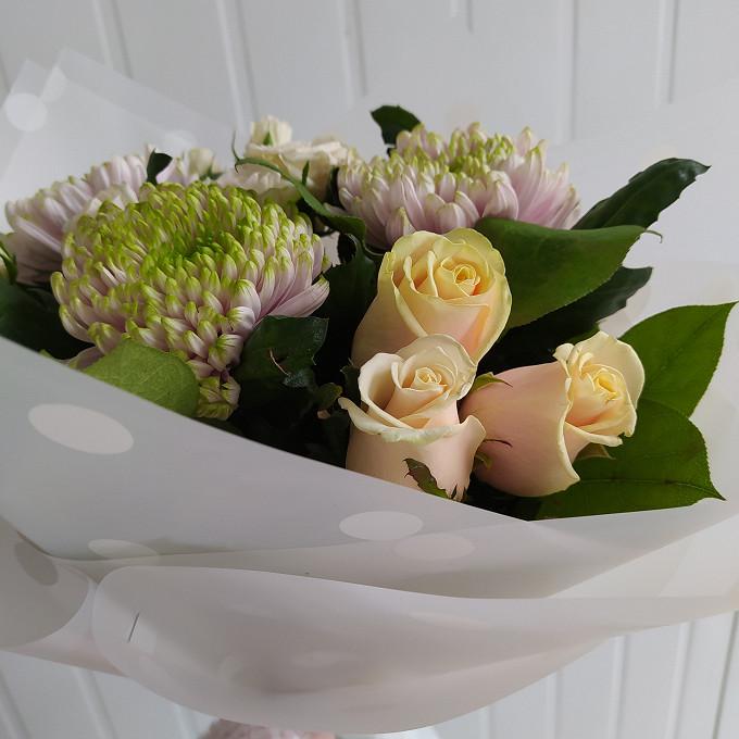 Сборный букет с розами и хризантемами