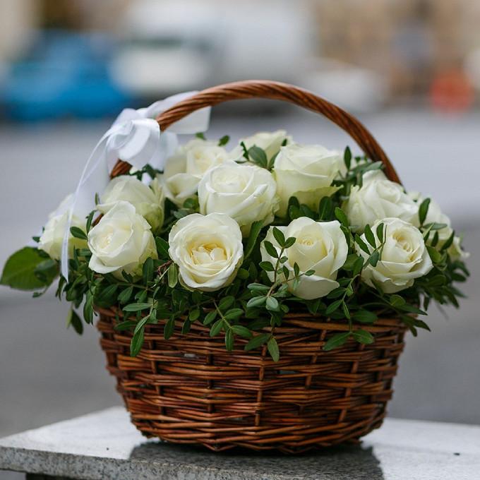 Корзина белых роз в зелени