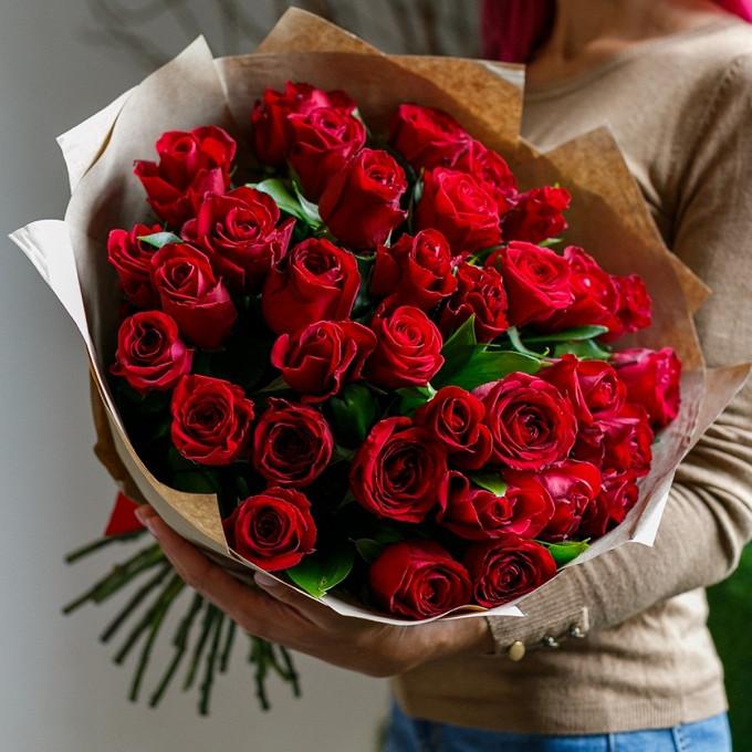 35 бордовых роз с рускусом