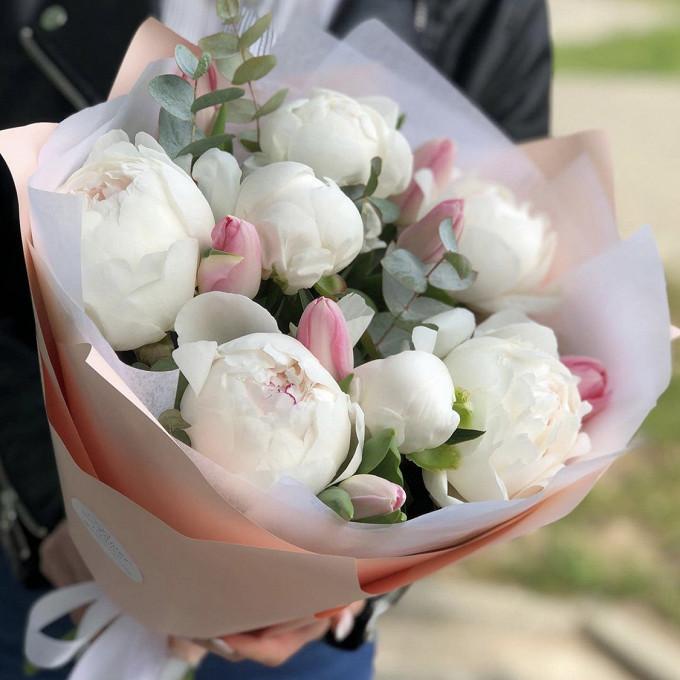Белые пионы с тюльпанами