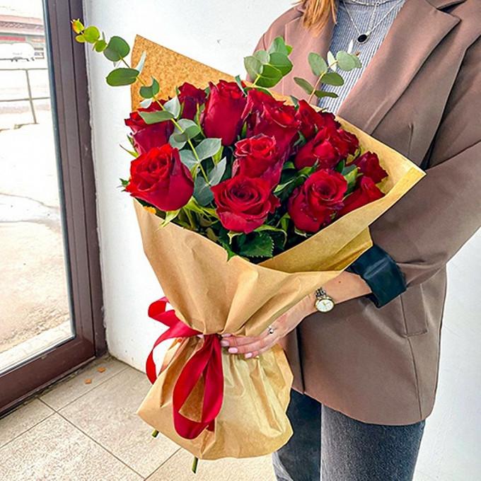 19 красных роз с эвкалиптом
