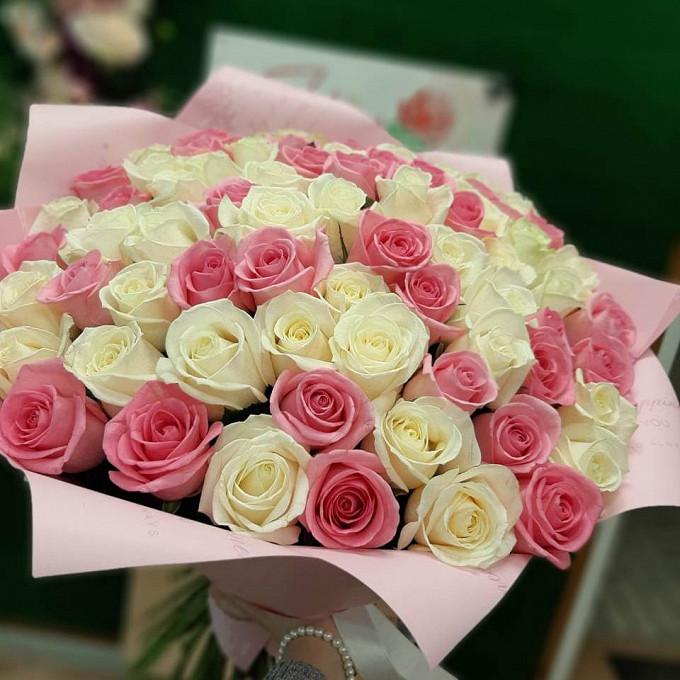 55 бело-розовых роз