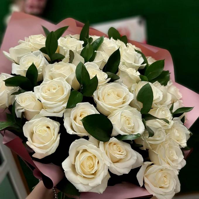 35 белых роз с рускусом