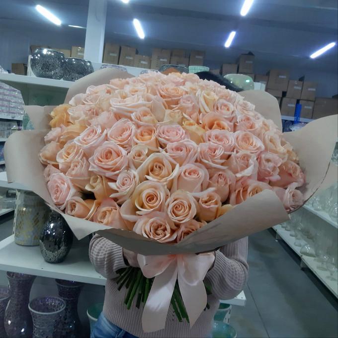 75 персиковых роз в крафте