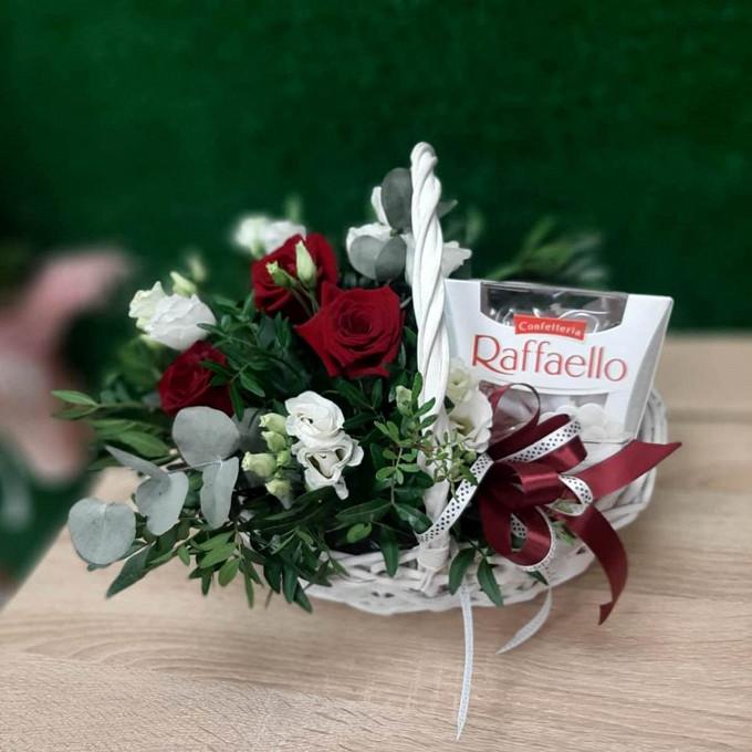 Корзинка роз с Раффаэлло
