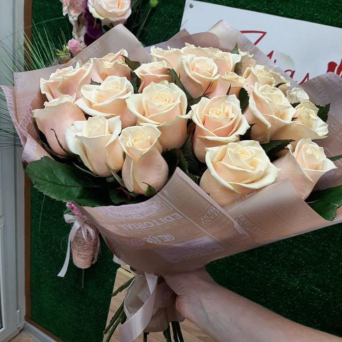 25 кремовых роз