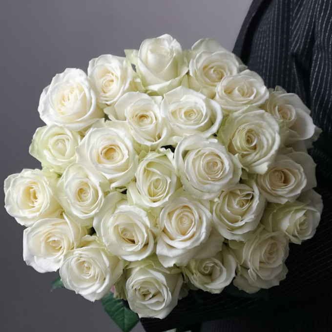 Элегантный букет белых роз в крафте