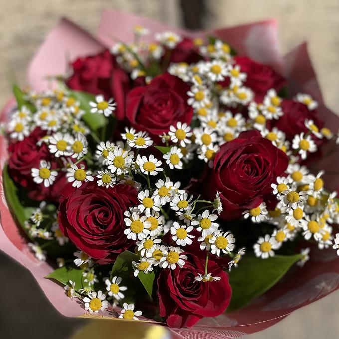 Розы в ромашках