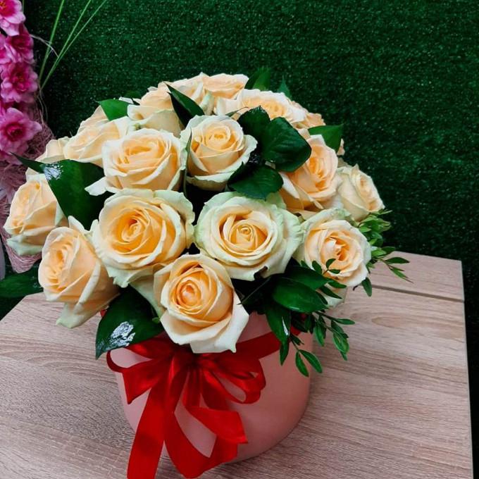 19 бежевых роз в коробке