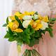 Букет из: рускус — 9 шт., желтая лента — 1 шт., орхидея цимбидиум 1 бутон (желтый) — 5 шт., роза (белый, 50 см) — 8 шт. - Букет с белыми розами и орхидеей цимбидиум - фото 2
