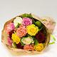 Букет из: роза (микс (разных цветов), 50 см) — 15 шт., упаковка крафт-бумага — 1 шт., лента атласная — 1 шт. - Микс в крафте - фото 2